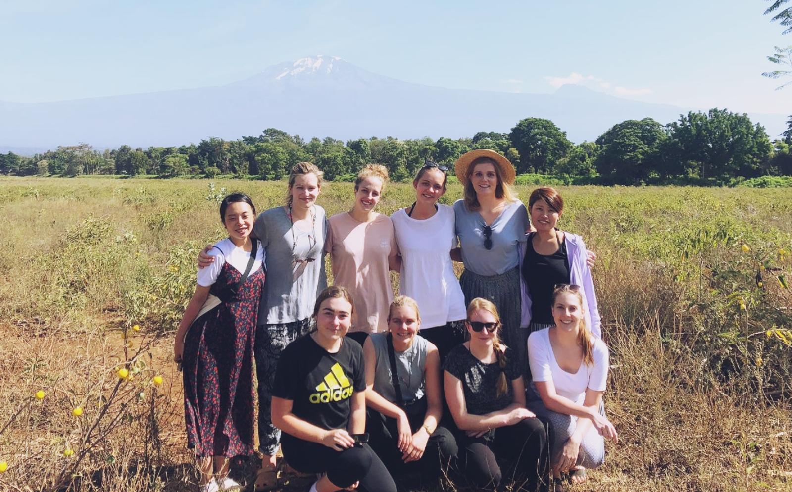 タンザニアで出会った仲間と冒険に出かける教育ボランティア真下晃江さん